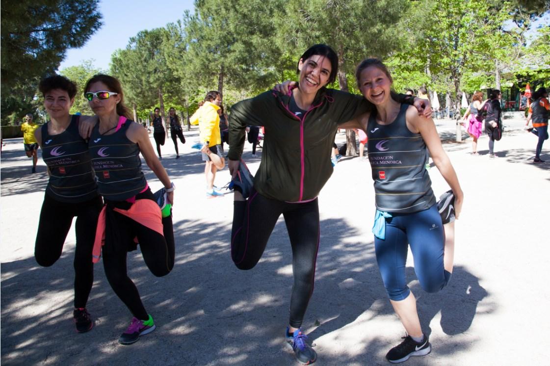 Calentamiento antes de entrenar para la carrera de la mujer 2017